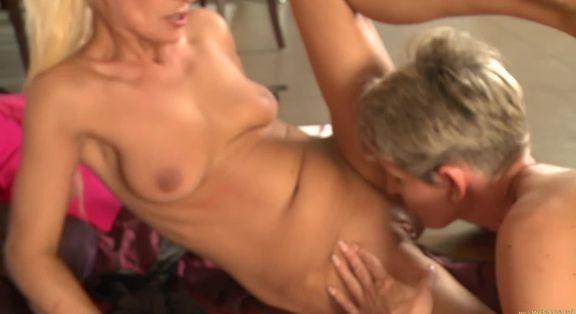 Büyük göğüslü kadından olgun porno
